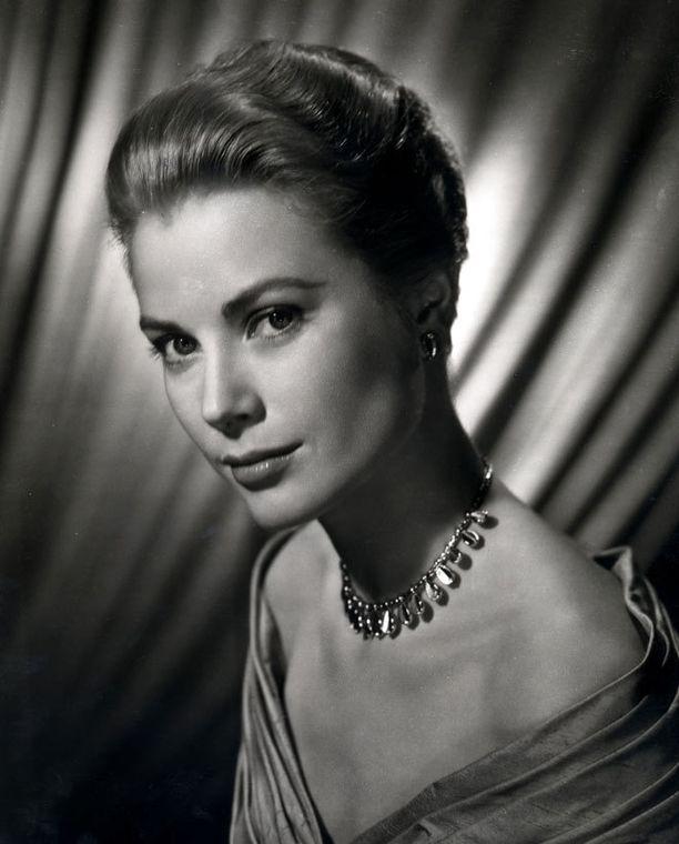 Monacon hovi lyttää edesmenneestä ruhtinatar Gracesta kertovan elokuvan.