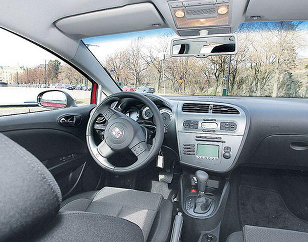 Seat on viime vuosina löytänyt oman hillityn ohjaamotyylinsä. FR-mallin ratti sen sijaan on voimakkaasti muotoiltu.