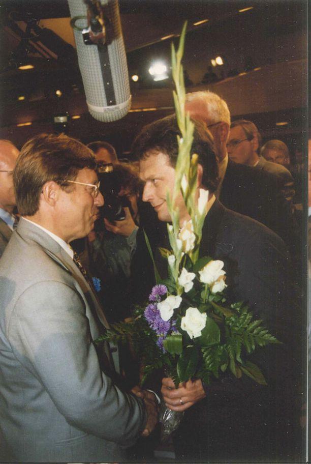 Toisen kauden kansanedustaja Niinistö valittiin puolueensa puheenjohtajaksi vuonna 1994. Kuvassa miestä onnittelee Ahon hallituksen monitoimiministeri Pertti Salolainen.