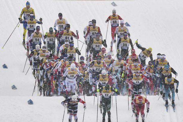 Romurallia ja letkajenkkaa. Tämä näky on tuttu Oberstdorfista Tour de Skiltä.