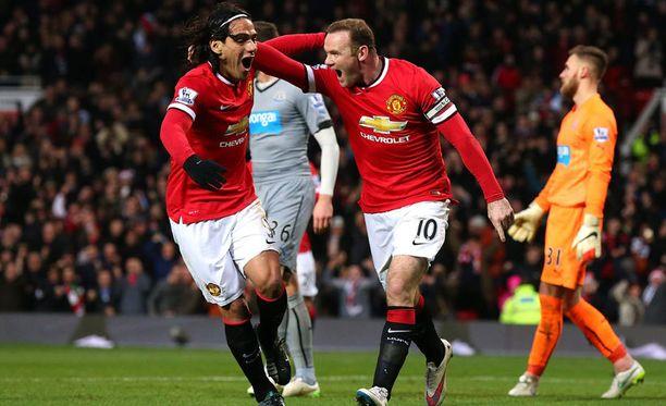 Radamel Falcao (vas.) ja Wayne Rooney juhlivat helppoa voittoa.