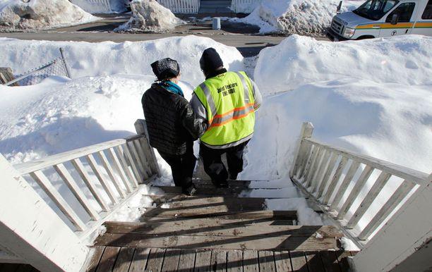 Roland Copeland auttaa sokeaa Charla Nashia kulkemaan portaissa.