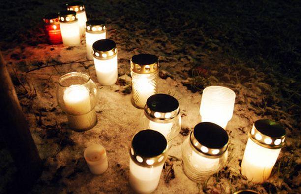 MUISTOKYNTTILÄT Kymmenet ihmiset toivat eilen kynttilöitä uhrien muistoksi Jokelan koulun liepeille.