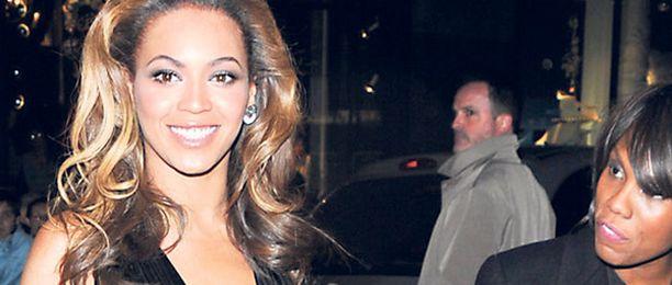 Beyoncé Knowles on huikea näky sensuellissa luomuksessaan. Näyttävä asu kimaltelevine kirjailuineen on onnistunut valinta räväkämpään juhlaan. Uljas asu ei kaipaa koruja, sillä se on koru itsessään.