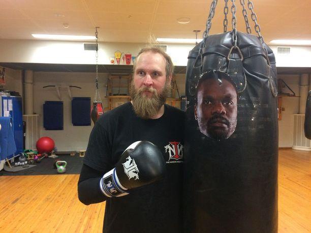 Robert Helenius harjoitteli Dereck Chisoran takomista mediatreeneissä Ruskeasuon liikuntahallissa.