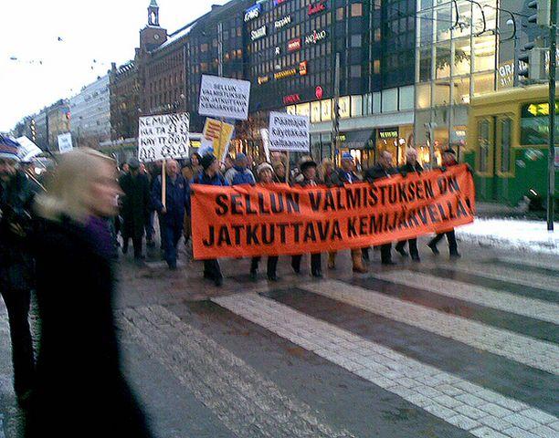 Kemijärven Massaliike järjesti Helsingissä mielenosoituksen maanantaina. Paikalla oli satoja mielenosoittajia, jotka marssivat eduskuntatalolle luovuttamaan 28 000 allekirjoituksen addressin hallitukselle Kemijärven sellutehtaan säilyttämisen puolesta.