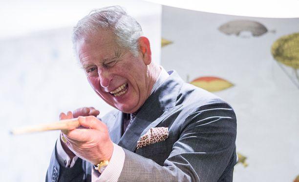 Prinssi Charles pääsee sentään silloin tällöin pelaamaan biljardia.