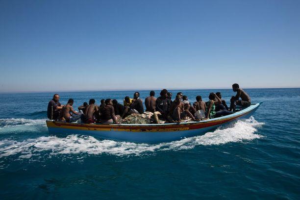 Puisten veneiden sijasta monet salakuljettajat ovat alkaneet käyttää halvempia ja vaarallisempia kumiveneitä.