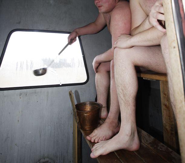 Kaikkea sitä. Ruotsalaiset eivät taida saunaetikettejä, kuten suomalaiset. Suomalaiset tietävät, että sauna ei ole syömistä varten. Kuvituskuva.