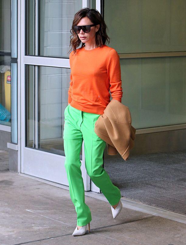 Kirkkaat vihreät ja oranssi yhdessä lienevät monelle liikaa, mutta tässä asussa toimivat.