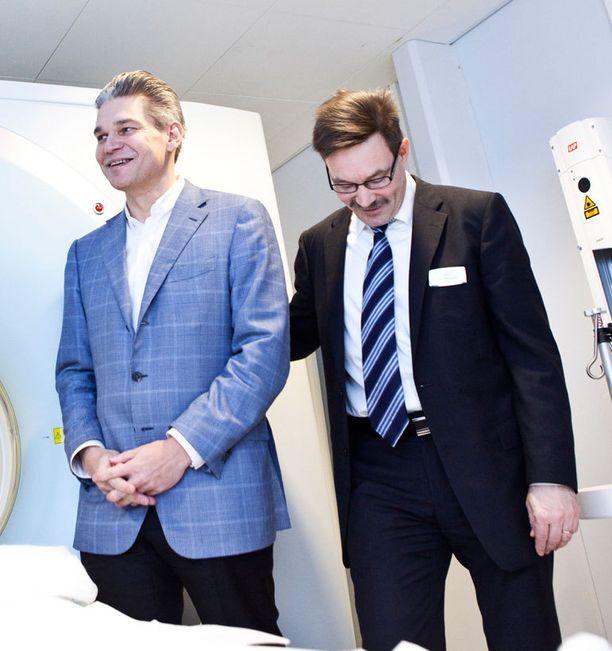Docrates-sairalassa kehitetään uutta syöpähoitoa. Kuvassa vasemmalla sairaalan ylilääkäri Timo Joensuu, oikealla talousjohtaja Harri Puurunen.