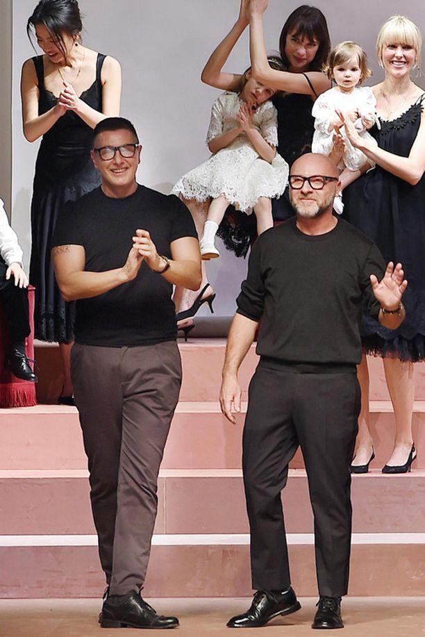 Domenico Dolce (oikealla) ja Stefano Gabbana tekivät äitiyden näkyväksi muodissa.