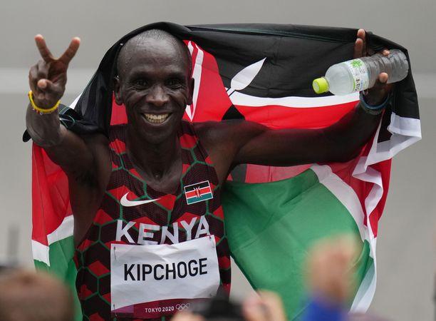 Eliud Kipchoge jätti muut kauas taakse olympiamaratonilla.