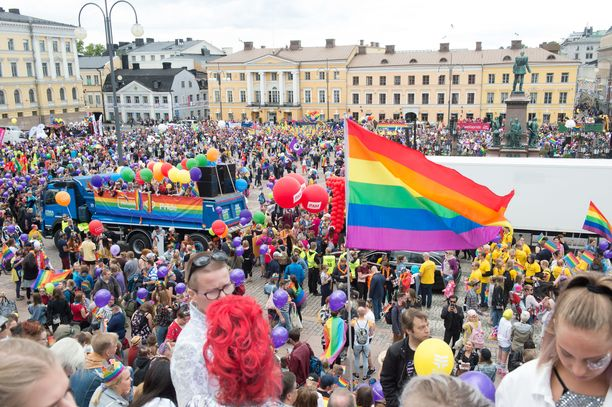 Vuonna 2018 Senaatintorille oli kerääntynyt Pride-viikon lauantaina tuhansia ihmisiä.