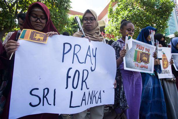 Indonesiassa opiskelijat osoittivat solidaarisuutta Sri Lankan terrori-iskujen uhreille.