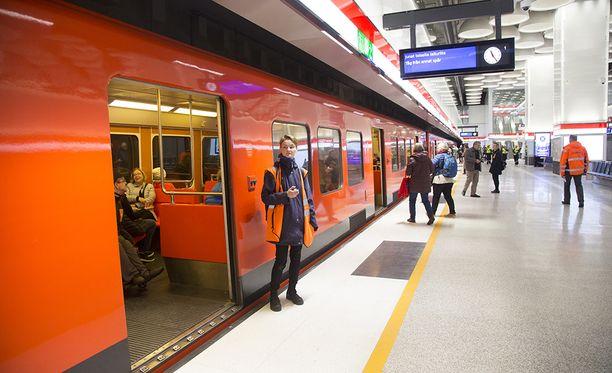 Länsimetron käyttö jää vielä ainakin pariksi viikoksi harjoitteluasteelle. Liikenne alkaa aikaisintaan marraskuussa.