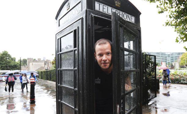 Tero Pitkämäki tutustui keskiviikkona lontoolaisen puhelinkoppiin ja tutkaili, miten paljon sataa vettä.