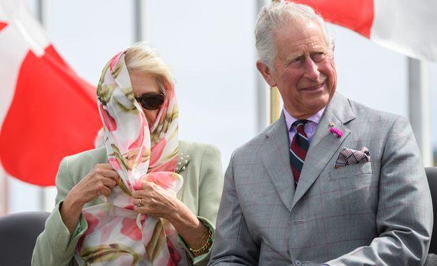 Kova tuuli tarttui Camillan huiviin.