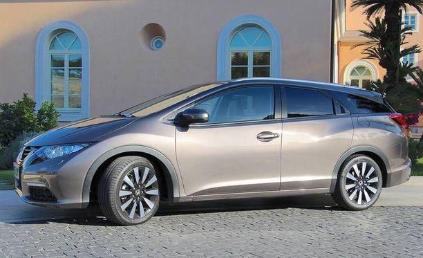 Farmari on 23,5 senttiä pidempi kuin puolitoista vuotta sitten markkinoille tullut viisiovinen Civic.