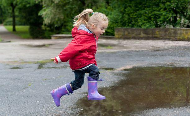 Lapset kyllä tietävät, miten sateestakin saa ilon irti.