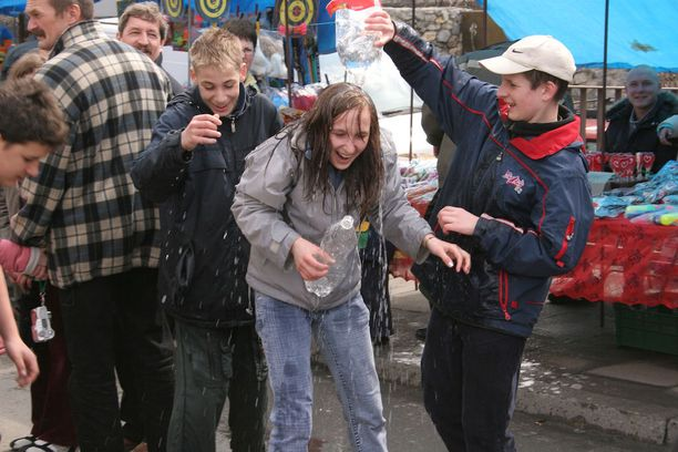 Puolassa vedellä roiskiminen kuuluu toisen pääsiäispäivän perinteisiin.