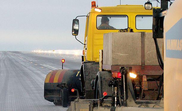 Lentokentän harjakone siivosi lunta kiitotiellä, kun kone laskeutui kiellosta huolimatta. Arkistokuva.