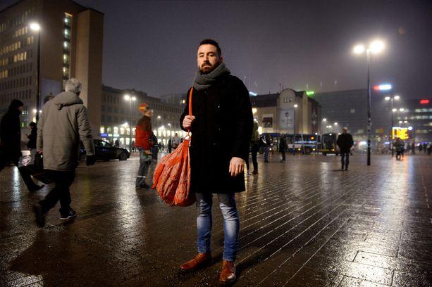 Syyrialaispakolainen Danyal Teher on asunut Suomessa noin kaksi vuotta, mutta hänen perheensä elää yhä Syyriassa.