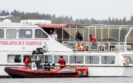 M/S Tampere on pahasti kallellaan Tampereen Laukontorin rannassa – Aluksessa on kymmeniä kuutioita vettä