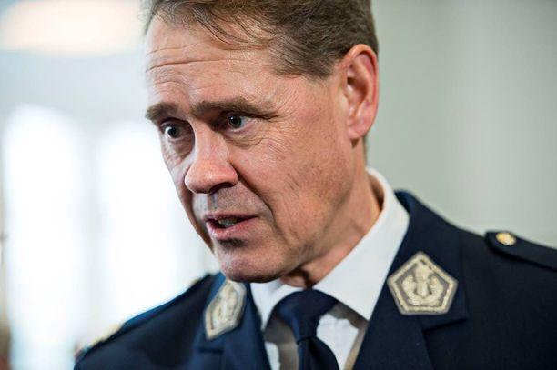 Poliisiylijohtaja Seppo Kolehmaisen mukaan poliisi tarvitsisi kielteisen päätöksen saaneiden turvapaikanhakijoiden palautuksiin satoja henkilötyövuosia lisää.