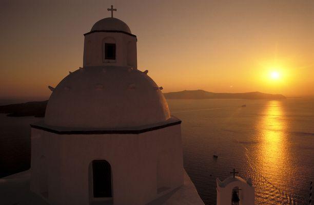 Agios Minaksen kirkko auringonlaskua vasten.