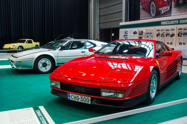 80-luvun urheiluautoikoni, Ferrari Testarossa eli Punapää.  Taustalla harvinaisempi BMW M1,  valmistusmäärä noin 450 kpl.