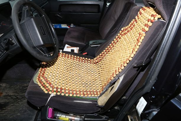 Vain puuhelmistä tehdyn istuinsuojan alta pilkottava rispaantunut kuskin penkki paljastaa, että Korhosen Volvolla on takanaan yli miljoona kilometriä.