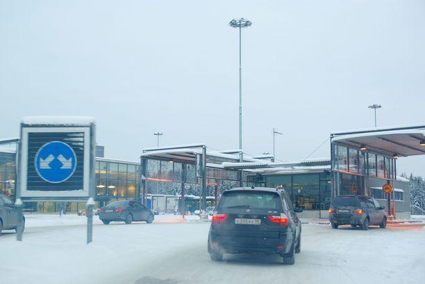 Suomalaismies on jumissa Venäjän puolella Juustilan raja-asemalla. Kuvituskuva Nuijamaan puolelta.