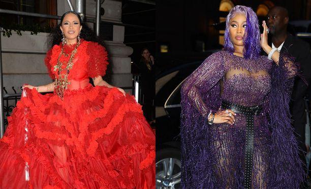 Näin näyttävästi Cardi B ja Nicki Minaj olivat pukeutuneet perjantai-illan gaalassa. Cardi B:n asuun kuulunut punainen korkokenkä lensi myöhemmin kohti Nickiä.