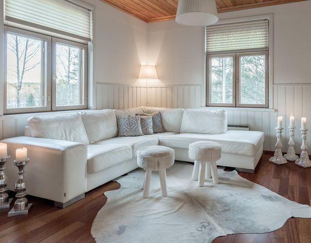 Olohuone on sisustettu vaaleilla sävyillä.