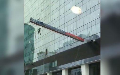 """Tuulenpuuska riepotteli valtavaa telinettä Edmontonissa - työmies jäi valjaista roikkumaan: """"Oh my god, call 911!"""""""