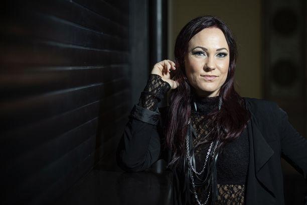 Mira Luoti tähdittää Samppalinnan Kesäteatterin Mielensäpahoittaja-esitystä kesällä 2020.