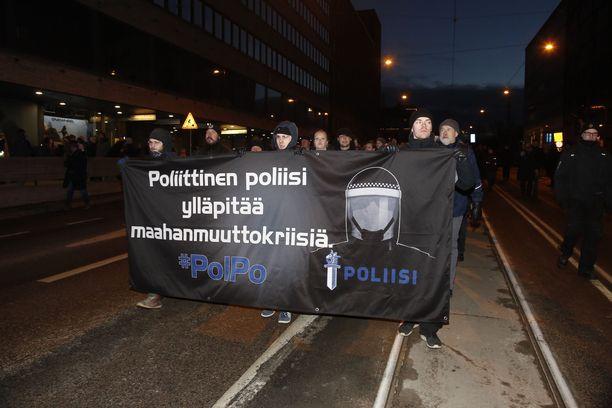 Uusnatsit vastustavat demokratiaa ja muun muassa poliisia. Kuva vuoden 2018 mielenosoituksesta.