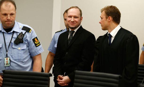 Breivik esiintyi tuomionluvussa itesvarmasti ja hymyillen.