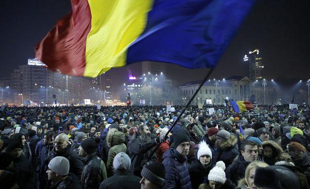 Bukarestissa osoitti mieltään ainakin 12 000 henkeä.