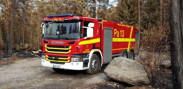 Pyhärannan maastopaloa vartioi edelleen kolme paloautoa ja noin 20 palomiestä.