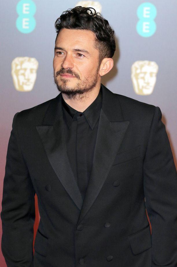 Orlando Bloom esiintyy vähissä vaatteissa näyttämöllä.