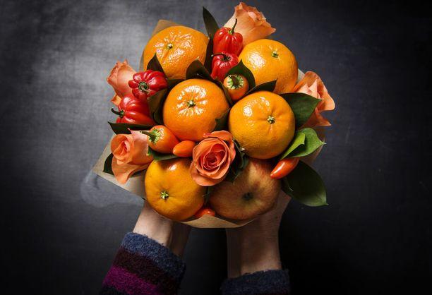 Oranssissa kimpussa on hyödynnetty paitsi hedelmiä, myös perinteisiä kukkia.