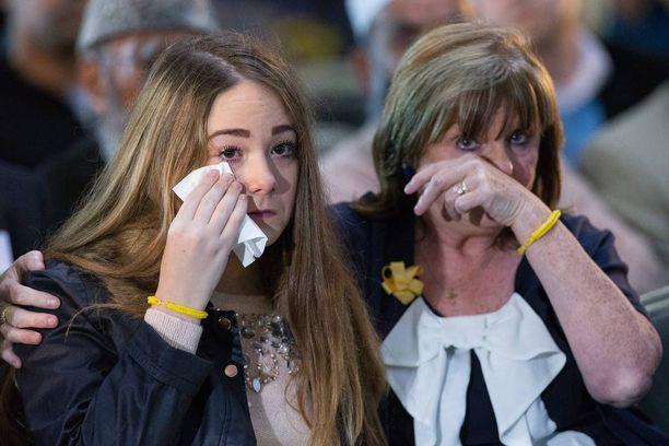 Lucy Henning (vas.) isänsä muistotilaisuudessa Manchesterissa lokakuussa 2014.