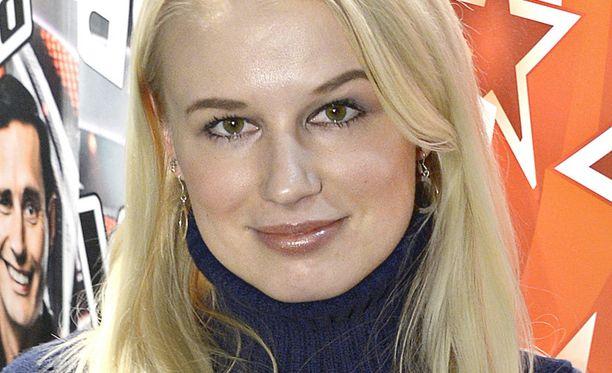 JULKKISTYTÄR Myöhemmissä jaksoissa nähdään myös Reeta Vestman, europarlamentaarikko Eija-Riitta Korholan tytär. Reeta on aiemminkin osallistunut tosi-tv-ohjelmiin, vuonna 2002 hän debytoi Popstars-kykyjenetsintäohjelmassa.