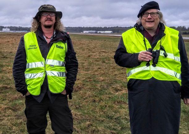Perhostutkija Jaakko Kullberg (vas.) ja erityisasiantuntija Tapani Veistola kävivät tutustumassa Malmin lentokentän alueeseen viime viikon torstaina.