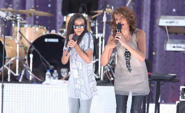 Bobbi Kristina nähtiin äitinsä kanssa esiintymislavoilla vuonna 2009.