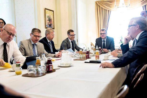 Yhteiskuntasopimusneuvotteluihin osallistuvat osapuolet kokoontuivat maanantaina pääministeri Juha Sipilän (kesk) johdolla Kesärantaan.
