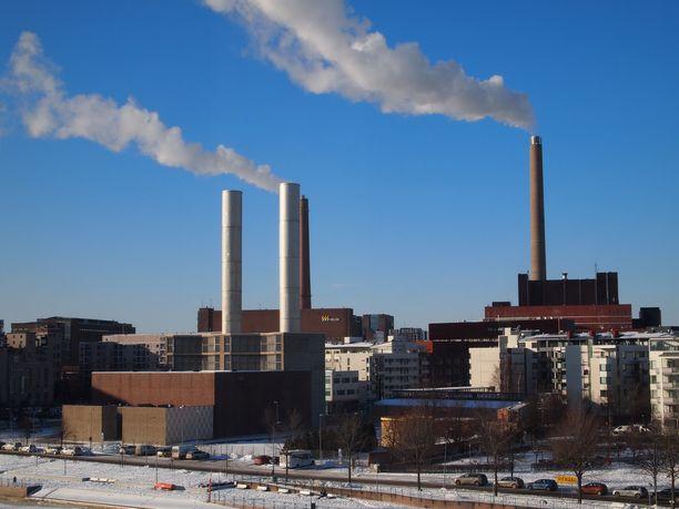 Helsinkiläisen Helen Oy:n Salmisaaren voimalaitos, joka tuottaa energiaa kivihiilestä ja puupelleteistä.