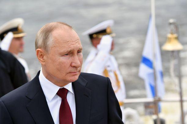 Presidentti Putin on ollut seuraamassa Pietarissa Venäjän laivaston päivää.